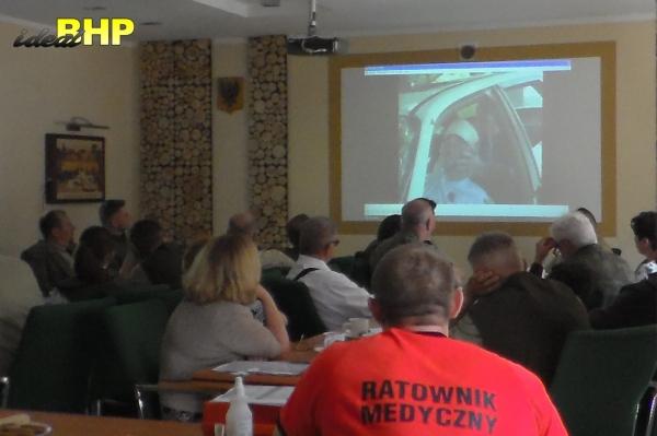 Kurs pierwszej pomocy - wyciągniecie poszkodowanego z auta.