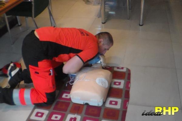 Szkolenie pierwszej pomocy - wdechy ratownicze.