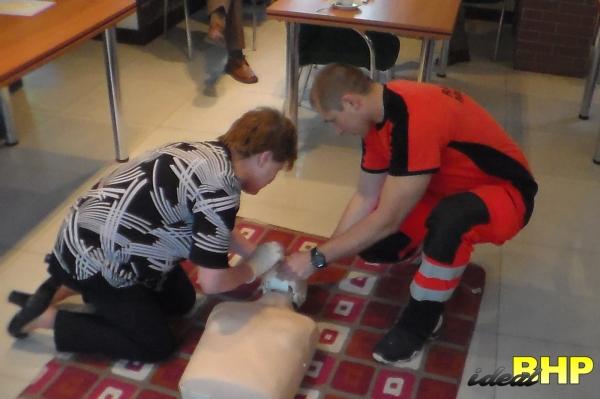 Współpraca ratownika medycznego z uczestnikami szkolenia.