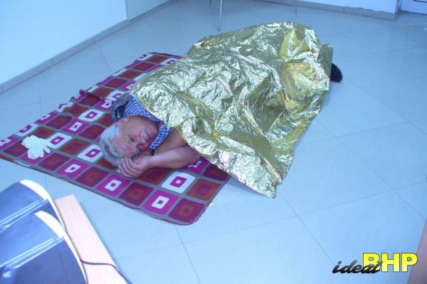 Kurs pierwszej pomocy - użycie koca termicznego tzw. folia życia.